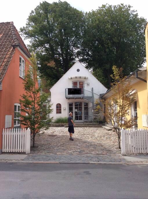 The Apartment are back from the street, with a small balcony. Tilbagetrukket fra vejen i hyggeligt gårdmiljø