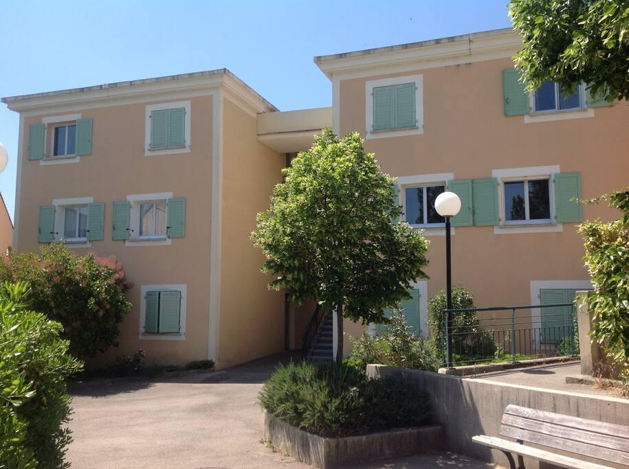 Appartement donnant au 1er étage côté intérieur de la résidence