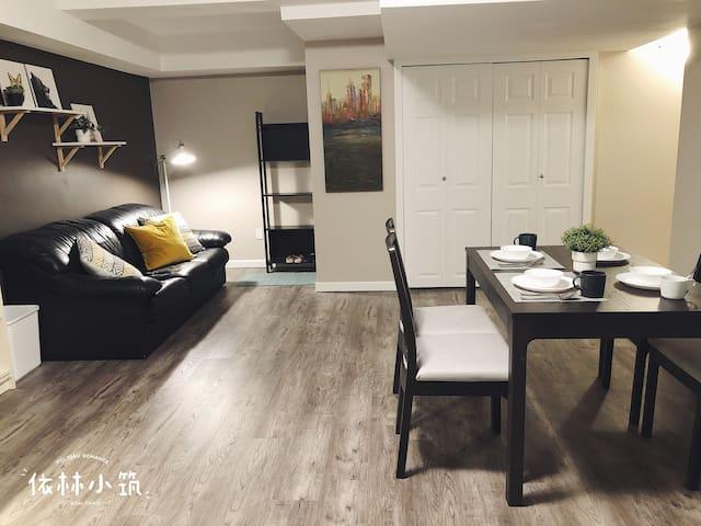 Living area with cosy sofa and reading coner/Séjour avec canapé confortable et coin lecture/ 客厅区域精心安排休息,会客区域