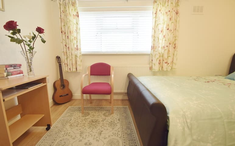 Comfy Double Bedroom near Guildford Central - กิลด์ฟอร์ด - บ้าน