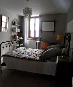 Maison de ville, chambre à l'étage - Tournus - Hus