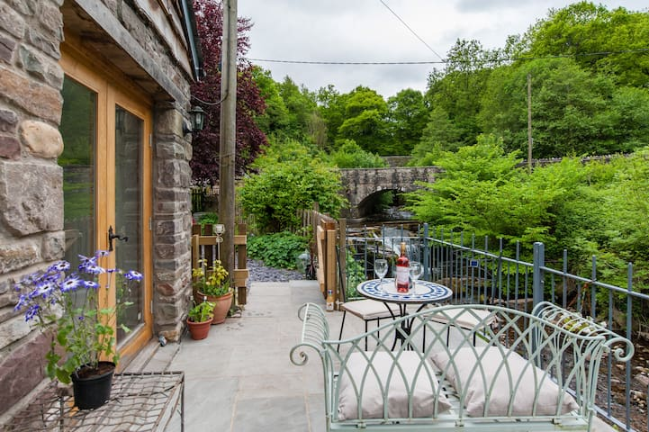 Stunning Riverside Apartment, - Llangynidr - Apartment