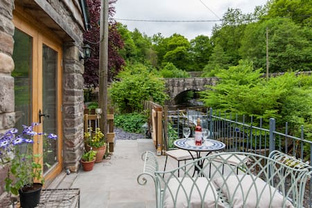 Stunning Riverside Apartment, - Llangynidr - Bed & Breakfast