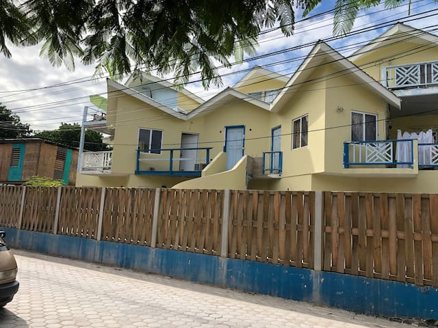 Great deal, 3 min to the beach and pool available!
