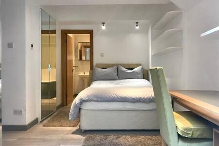 Fabulous Room, En-suite Bathroom, Quiet & Central!