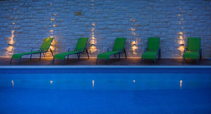 Villa Kogo - Luxury apartment with a pool, Hvar