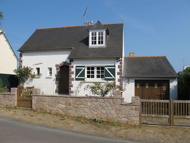 La maison est située dans un quartier très calme.