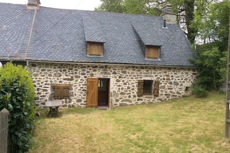 Maison de 1821 entourée de verdure - Marchastel