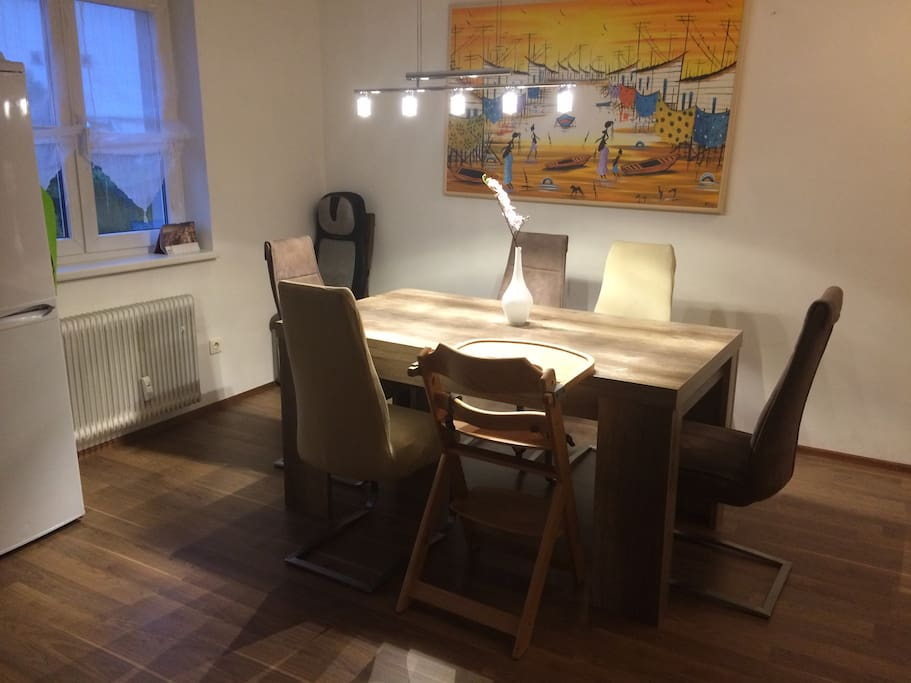 Esstisch ausziehbar, extra Stühle können noch von der Terrasse geholt werden