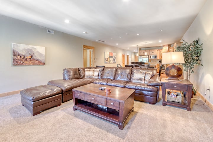 Luxury Govt. Camp condo w/ fireplace, updated amenities, & shared pool/hot tub!