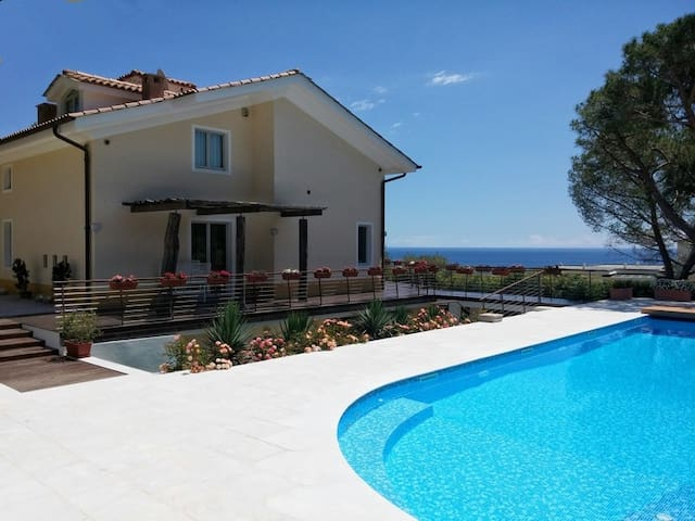 Villa con piscina a Sanremo - サンレモ - 別荘