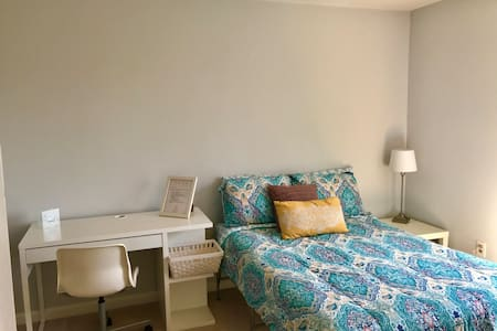 Cozy large bedroom close to IAD, Metro and shops
