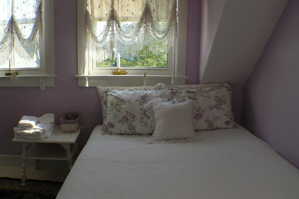 Charming Room - lots of light - Queen and twin bed