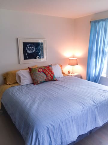 2nd bed room with kingsize bed