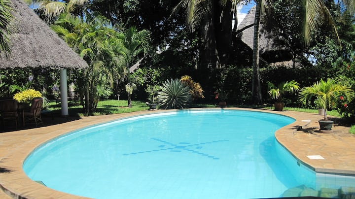Fully staffed luxury beach retreat, sleeps 14