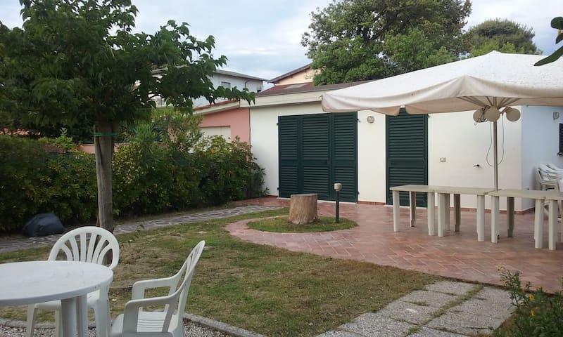 villetta indipendente 8 posti letto con giardino - Tirrenia