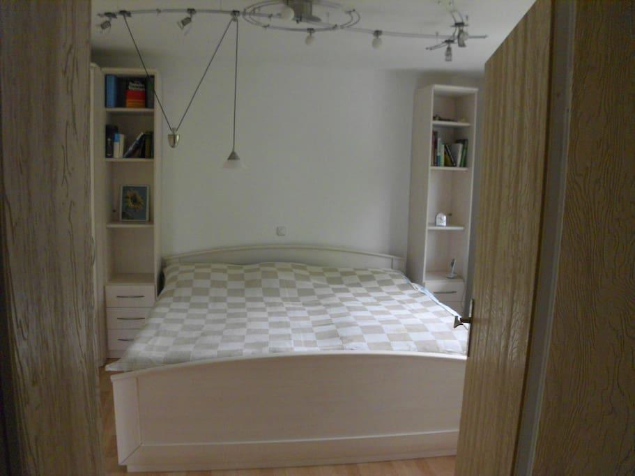 Großes helles Schlafzimmer, Doppelbett mit Fernbedienung