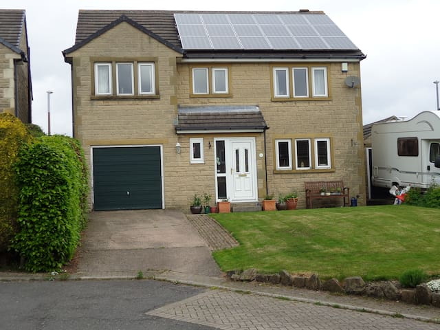 Large room in beautiful Yorkshire - Huddersfield - House