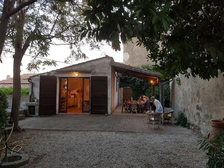 Limonaia con giardino nel Borgo di Populonia