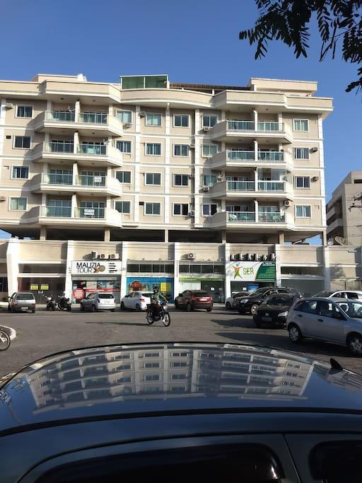 apt com vista de frente. Para principal avenida da cidade , entre o centro da cidade e a Praia do Forte. Nosso apt é frente a avenida