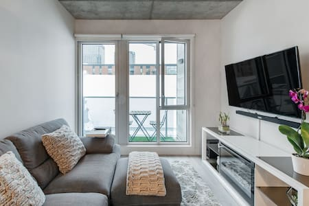 Stylish Condo in the Quartier Des Spectacles. Indoor Parking