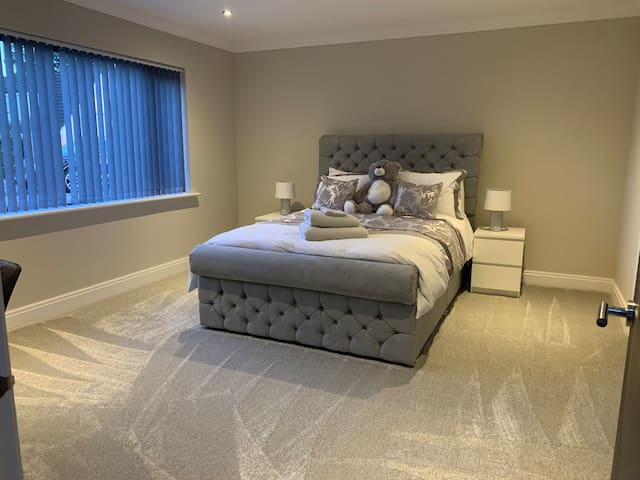 Private king size room with en-suite in new house