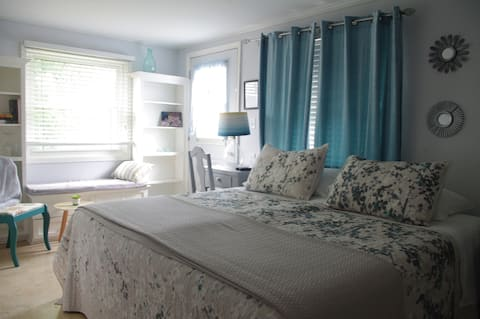 Linda's Place  - Bright and cheery Lakeside Room