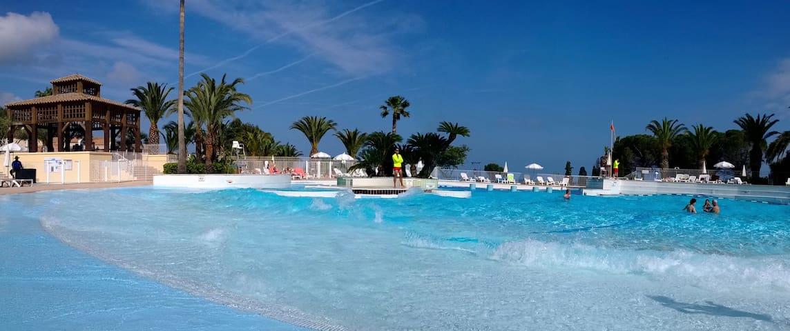 La piscine du centre village avec ses jolies vagues.