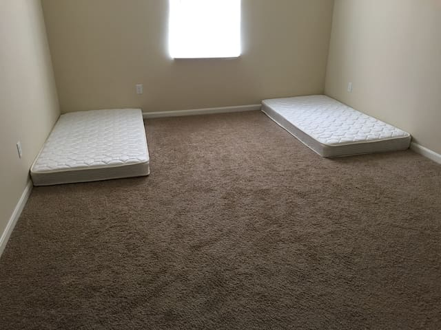 This is bigger room, but no quilts - Columbus - Apartamento
