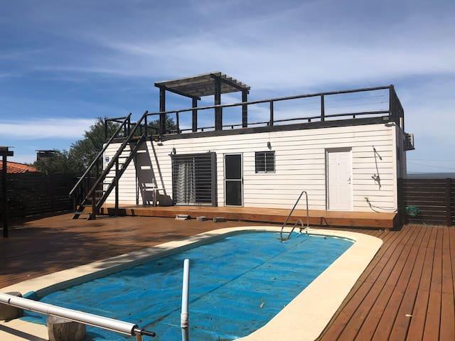 LUNA DEL ESTE casa sobre rambla, con piscina