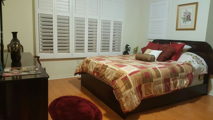 Charming and Spacious Private Room - 브램턴(Brampton)