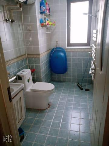 卫生间,洗浴用品一应俱全