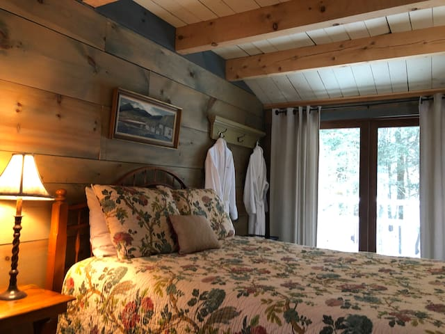 Unique bedroom in a Carriage house. Hot tub, sauna