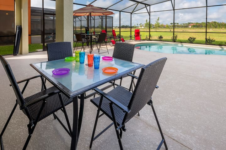 Enjoy the poolside dining tables and make the most of your family time together while really getting to experience the Florida lifestyle.