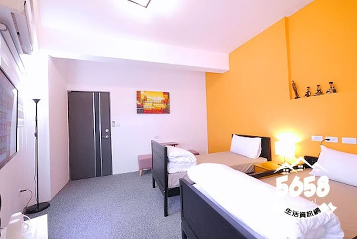 高雄一夜(高鐵榮總)雙人房(兩單人床可合併可免費接送有車位提供免費機車代步有電梯隔壁是全家跟7-11 - Sanmin District - Bed & Breakfast