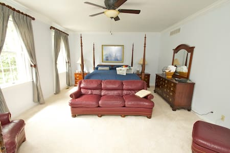 LARGE BEDROOM WITH PRIVATE BATH - Evesham Township - Haus