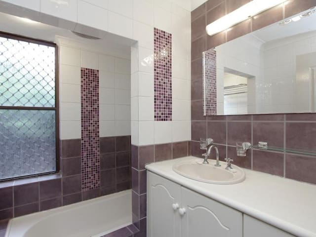 Queen room with tranquil pool and garden setting. - Wanneroo - Casa