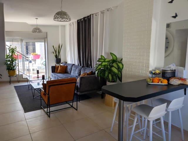 Private room & bathroom in cool, modern apartment