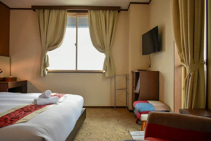 Altitude Nozawa: King room w/ensuite and balcony