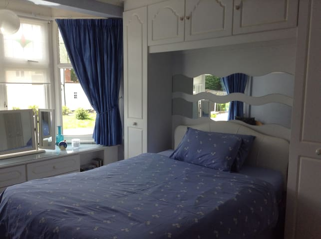 Room in London 35mins to Oxford St - Buckhurst Hill - Casa