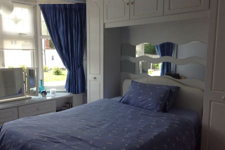 Room in London 35mins to Oxford St - Buckhurst Hill - Hus