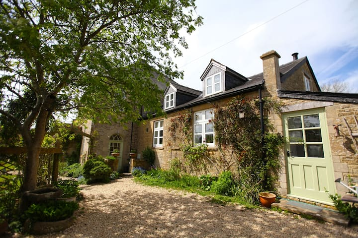 Chapel Cottage, Chedworth, the Cotswolds - Cirencester