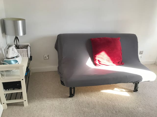 Spacious double bedroom in the heart of Ham Lands