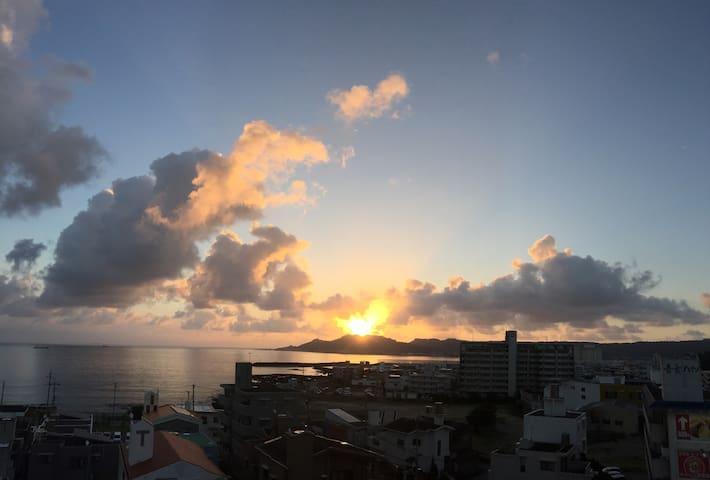 ベランダから見える朝日と、波の音で目が覚める部屋です。海辺の散歩最高! - Yonabaru-chō - Leilighet