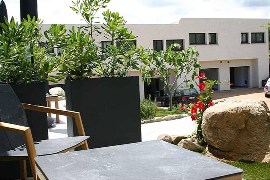 La petite terrasse du studio en arrière plan les 6 appartements de la résidence