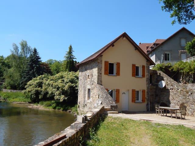 Charmant moulin restauré avec goût bord de rivière - Le Chalard - Casa