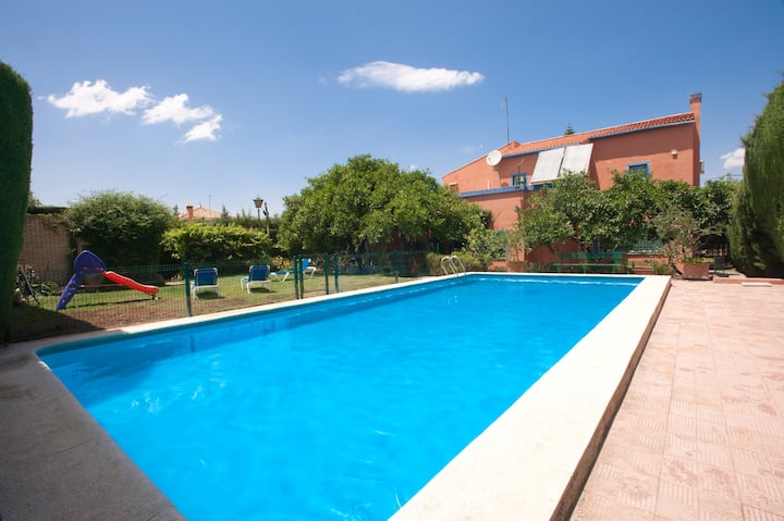 Perfectly located villa with pool and Internet