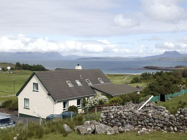 THE APARTMENT, pet friendly, with a garden in Aultbea, Ref 1127