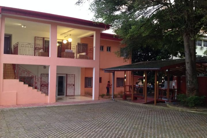 Le Wap'J petit hôtel et resto midi - Libreville