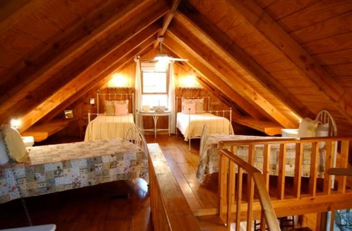 Dreamy Waterfront Log Cabin!